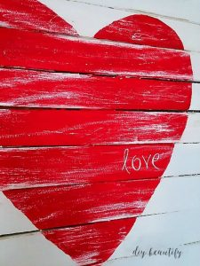 Mini Pallet for Valentine's Day by DIY Beautify