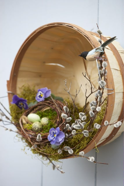 A bushel basket makes a great front door decor idea for Spring | WildflowersAndWanderlust.com
