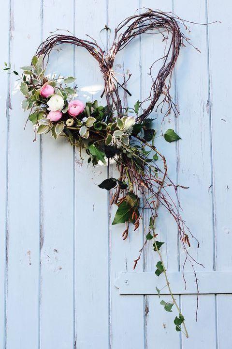 A Beautiful Free Flowing Heart Wreath for Spring | WildflowersAndWanderlust.com