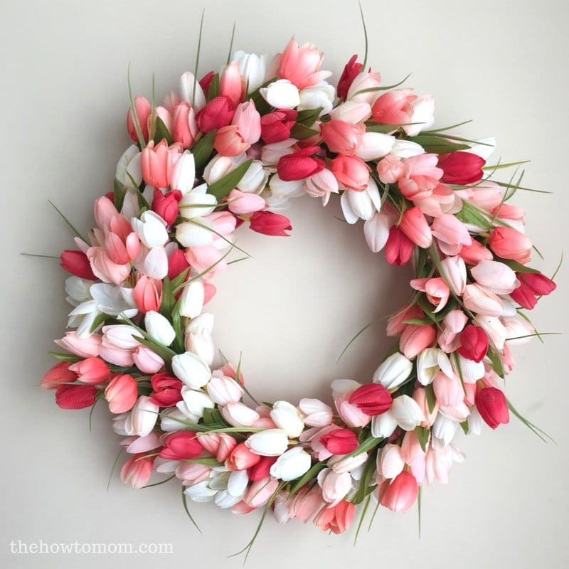 A beautiful Tulip Spring Wreath by the How To Mom featured on WildflowersAndWanderlust.com