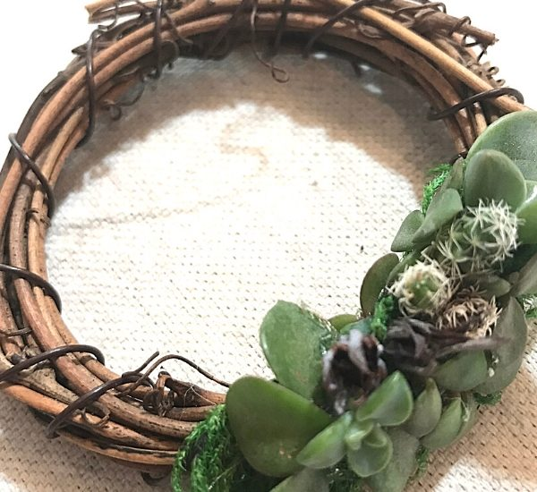How to make a cute and easy mini wreath - a great Mother's Day Gift - WildflowersAndWanderlust.com